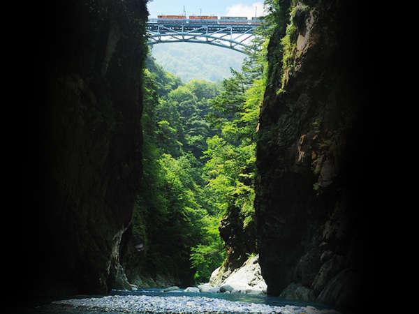 【黒部峡谷鉄道】日本一深いV字峡「中部山岳国立公園 黒部峡谷」駅まで徒歩7分。送迎もございます。