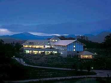 湯原温泉の高台に佇むホテル全景(夜景がとっても綺麗です。)