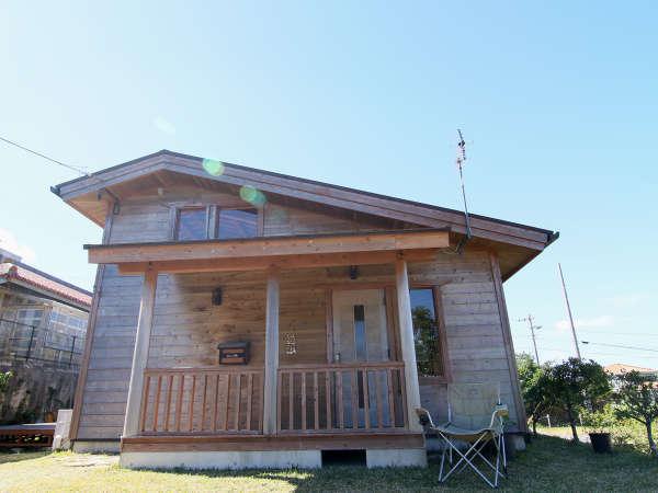 大きなウッドデッキのある宿で沖縄ステイ やんばる木の家