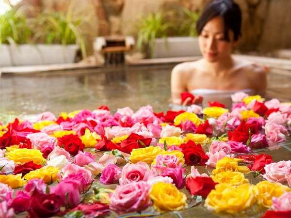 女性限定で楽しめるバラの花びらを浮かべた露天風呂
