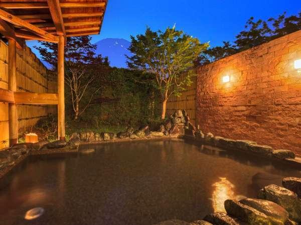 【富士山を眺める温泉露天風呂】晴れた日は絶景の富士山を眺めゆったりと湯浴みを堪能いただけます
