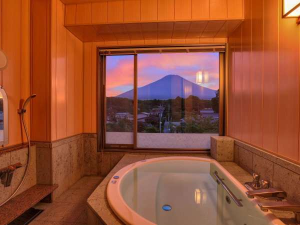【富士山ビュー温泉風呂付スイートルーム】富士山を眺める檜造りの温泉風呂