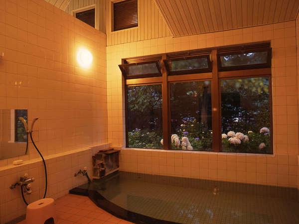 *夜は季節によっては、窓の外をライトアップ致します。