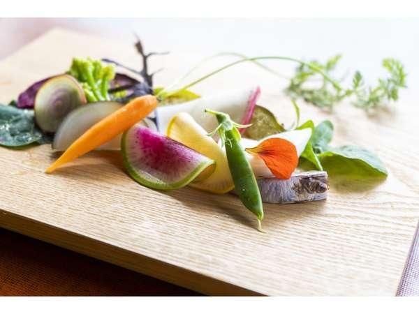 """""""精進オーベルジュ""""だからこそできる、風土に合った野菜やハーブの精進料理コースをお楽しみください。"""