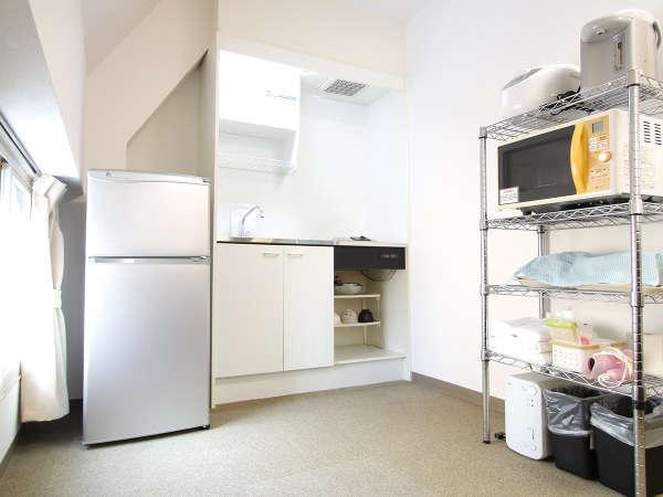 「室内キッチン」 食器・調理器具、冷蔵庫、炊飯器、レンジ、ポット完備♪ ※写真はツイン部屋のキッチン