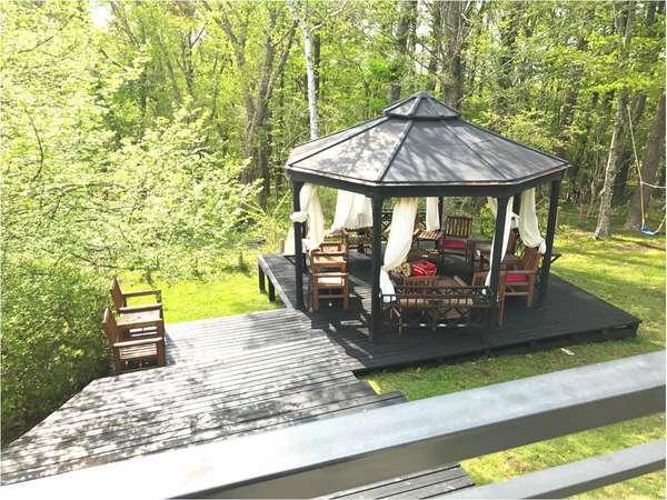 屋根付きの焚火スペース!天気を気にせずBBQを楽しめます!