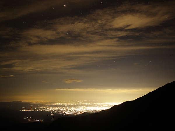 標高2300mの山荘前からの夜景。富山市街や日本海まで見える日もあります。