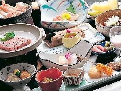 季節ごとにメニューを変える夕食一例。旬の素材を使い、郷土料理をアレンジしたこだわりの品々!