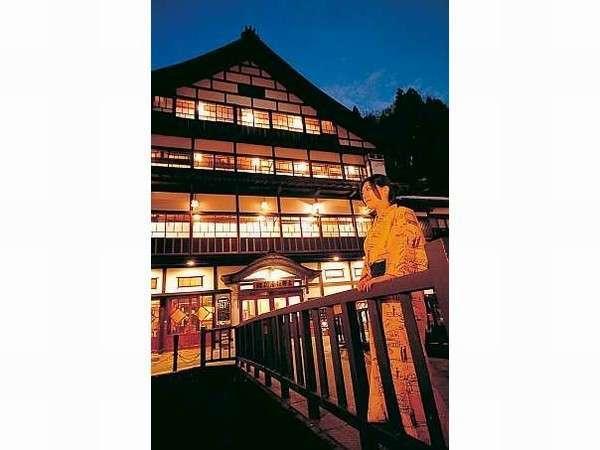 夕暮れの外観。まるで絵のように迫力ある木造3層造りの宿で過ごす贅沢を♪