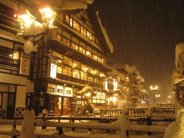 風情たっぷりの雪の外観と温泉街