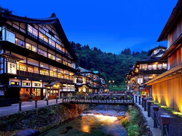 夏は自然の緑が美しい銀山温泉街!木造3層造りの宿で過ごす贅沢!