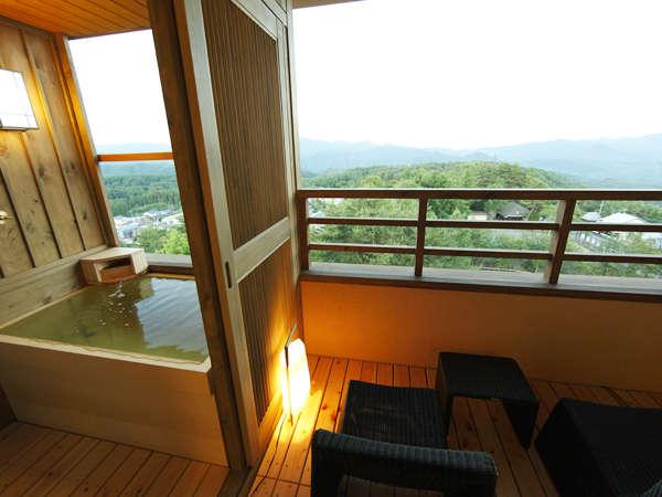 温泉客室露天風呂(一例)。鳥のさえずりと涼風に癒される。上層階は山の稜線も美しく。
