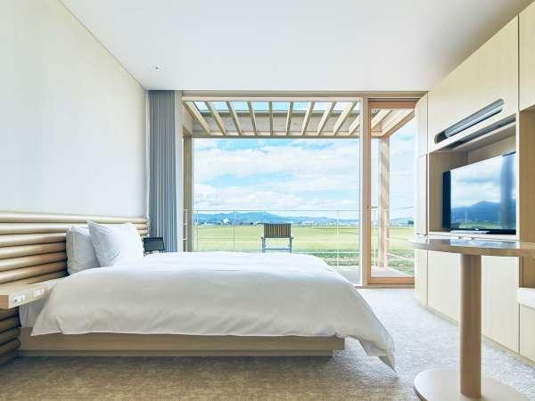 田園風景が一望できる客室もございます。木造ならではのぬくもりあるシンプルな客室です。