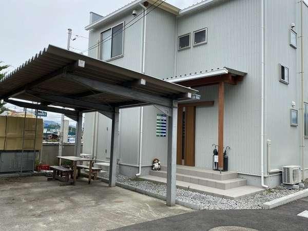 令和元年建築の洋風ビルジング バイク・自転車用屋根付き駐車場 兼BBQ会場