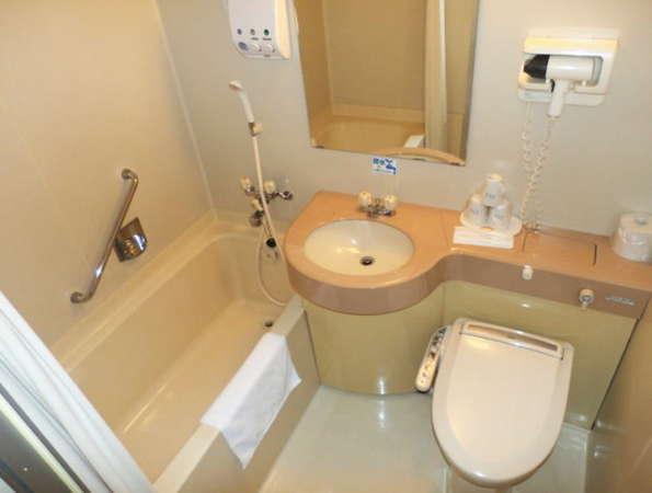 【ユニットバス】浴槽は広めの横110㎝奥行60㎝足を伸ばしてごゆっくりお寛ぎ下さいませ。