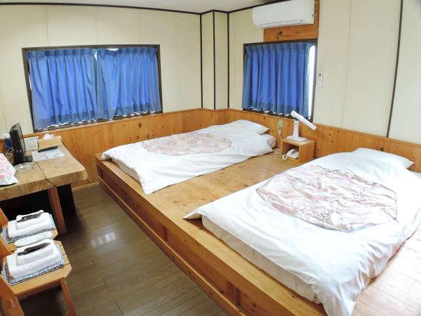 *(ツイン一例)3名様までご利用頂けます。オーナー作製の木製ベッドや家具でゆったりとお寛ぎください。