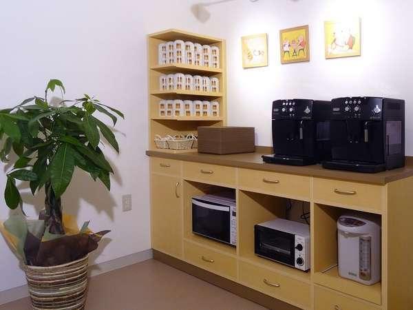 朝はラウンジにパン・ジュースなどの軽食を無料でサービス