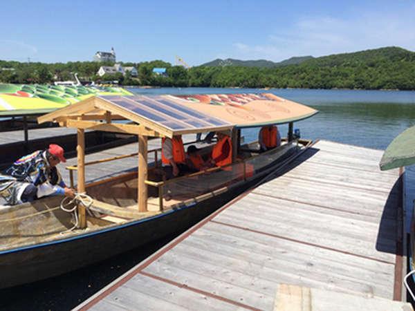 屋根のある和船(高瀬舟)で優雅に東条湖八景を巡る