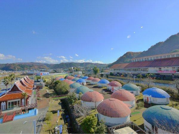【伊豆温泉村全景】丸い屋根のホテルオリーブの木(右側建物は百笑の湯)