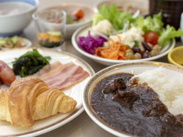 朝食バイキングをぜひお召し上がりください。花巻が誇る白金豚のカレーもおすすめです。