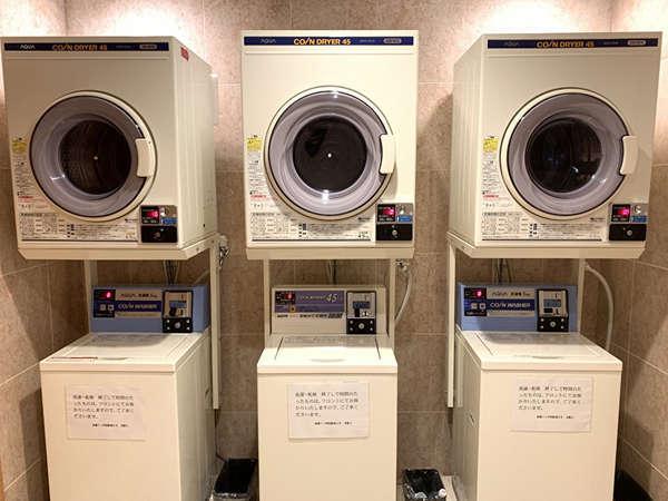 長期滞在でも安心! 1Fには洗濯機と乾燥機がなんと各3台用意しております。*洗剤別途販売有