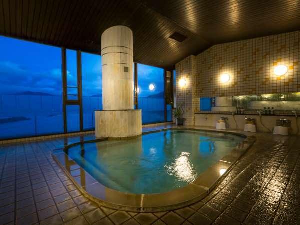 ≪大浴場・男湯≫日本海若狭湾が眼下に広がり開放感◎!朝と夜の違った景色&良質な美浜温泉に湯ったり★