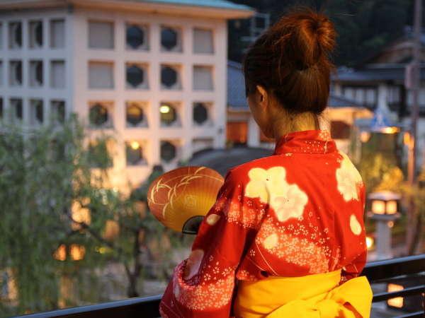 お部屋の窓からが、地蔵湯が・・・川沿いの灯る灯籠がいっそうゆったりとした雰囲気を高めます。