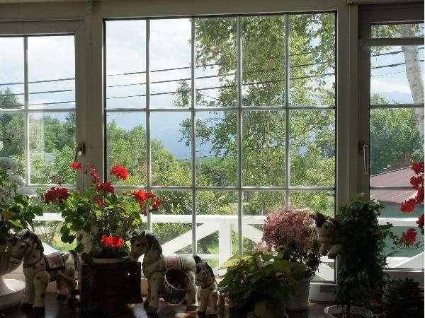 ダイニングの大きな窓。陽ざしをいっぱい浴びて1杯のコーヒーはいかがですか。