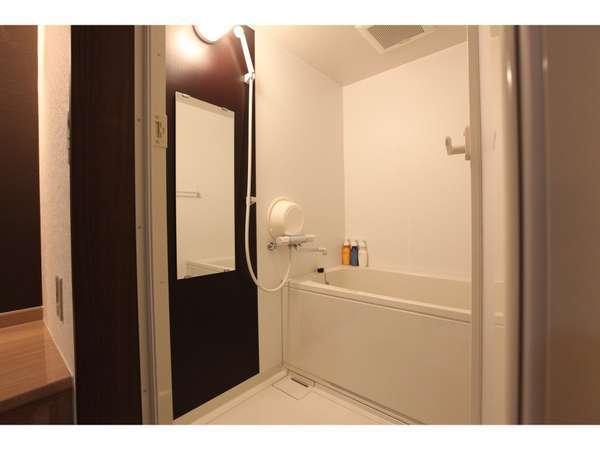 《浴室》湯船に浸かりゆっくりと疲れを癒すことができます※写真とは異なるタイプになることがございます