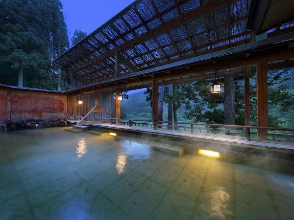 【大浴場 露天風呂】解放感を感じる露天風呂は、銀山温泉の四季を感じることができます。