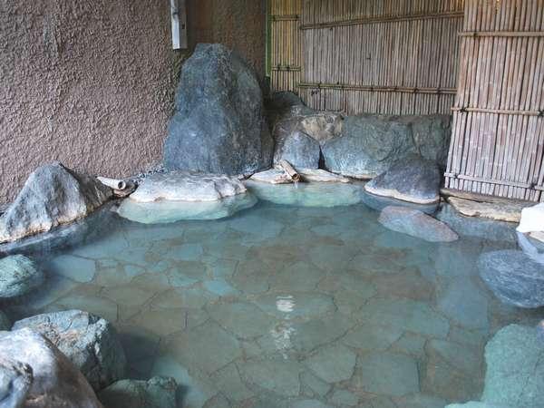 【銘石露天風呂】空いている時間は貸切風呂として利用できます。