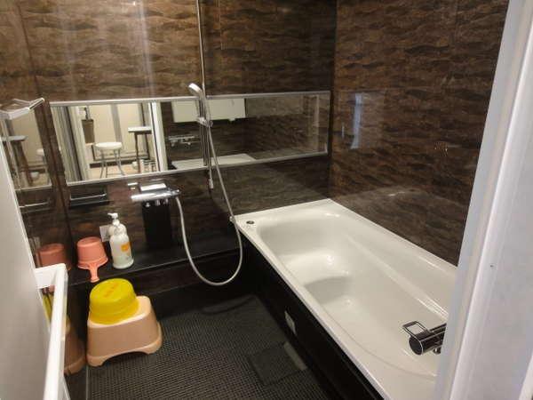 家庭用のユニットバスがシャワーは何時でも使用可
