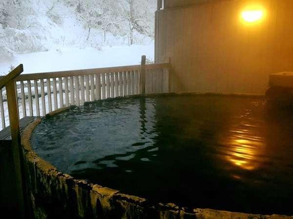 【露天檜風呂】時の流れを感じる、総檜風呂。川の音を聞きながら小川の湯をお楽しみください。