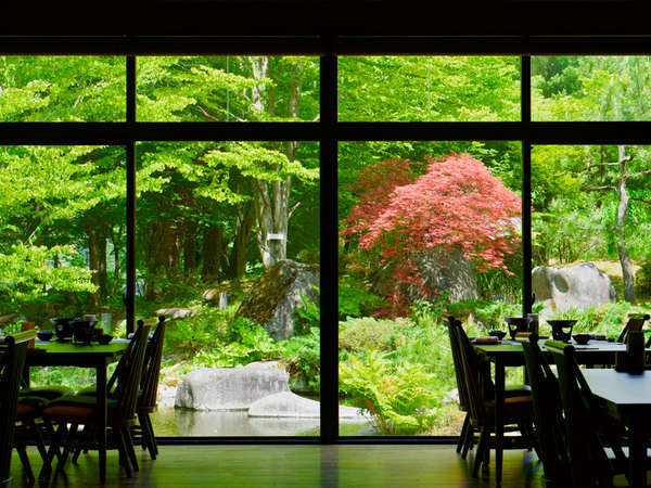 ダイニング旬香 新緑の庭園を眺めながらお食事をゆっくりとお召し上がり頂けます。