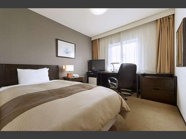 17㎡ シングルルーム   横幅120㎝の広々セミダブルベッドをご用意