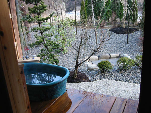 庭園を眺められる貸切露天風呂