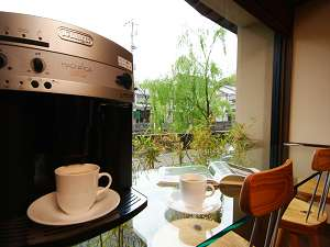 柳並木通りに面した談話室では、ドリップコーヒーや美味しいお水もご自由に(無料・セルフサービス)