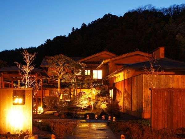 「華仙亭 有楽」外観風景。夜の静寂な雰囲気が落ち着きと安らぎを与えてくれる