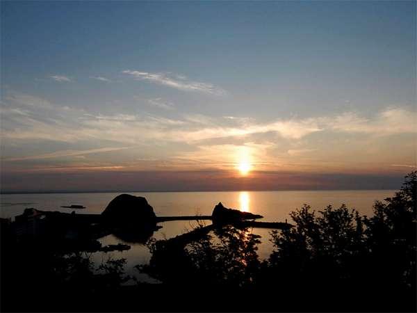 【眺望】夕焼け雲から夕陽がのぞいた瞬間。当館は全室オーシャンビュー。