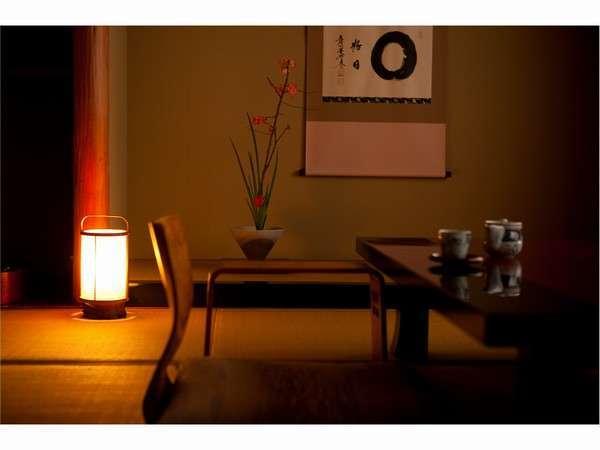落ち着きのある数寄屋造りの客室