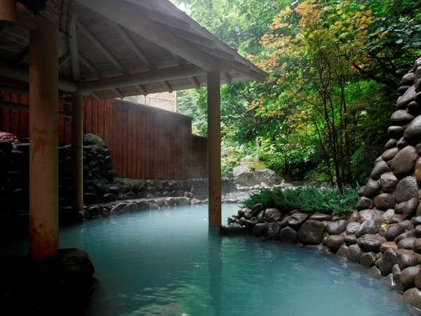 庭園の緑に囲まれた露天風呂