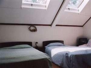天窓のお部屋は広々、山小屋気分!