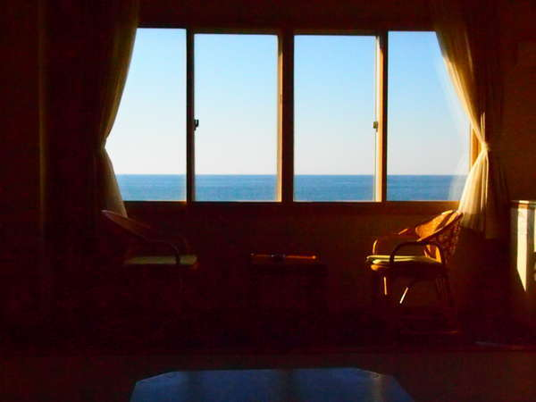 海側和室の夕暮れ時の雰囲気