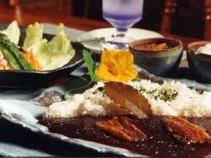 30種類のスパイスと地場産食材を取り入れたマイルドスパイス黒カレー、野菜サラダ、コーンスープ