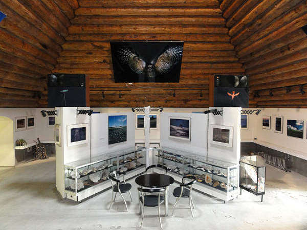 アートステージピラミッド内 30点の四季の美瑛・富良野写真と貝殻の展示