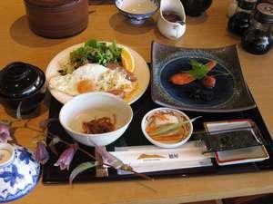 純和風朝食・暖かいハムエッグとお味噌汁が絶品