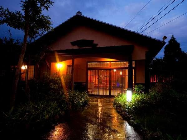 【外観】薄暮の時間に映える高原の温泉旅館