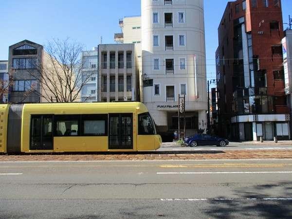 福井パレスイン前の路面電車通り