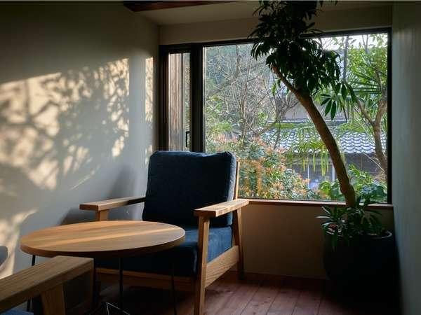 洋室の朝は、朝日と鳥のさえずりに爽やかに起きれます。