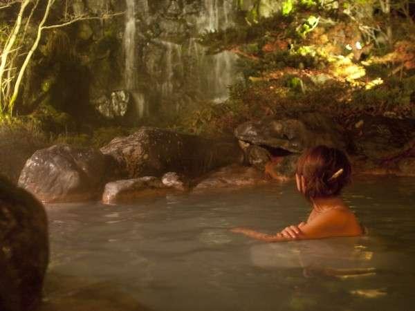 夜の庭園露天風呂。8mの高さから流れ落ちる滝を見ながら、ゆったりと硫黄泉に浸かれる(男女入替制)